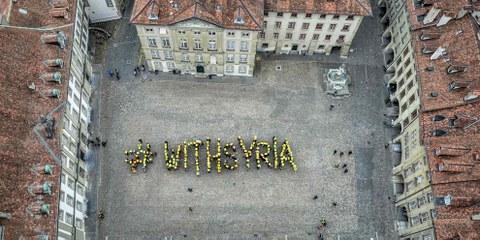 Zeichen gegen die Gewalt an der Zivilbevölkerung und gegen das Vergessen: #WithSyria. © Amnesty International / Philippe Lionnet