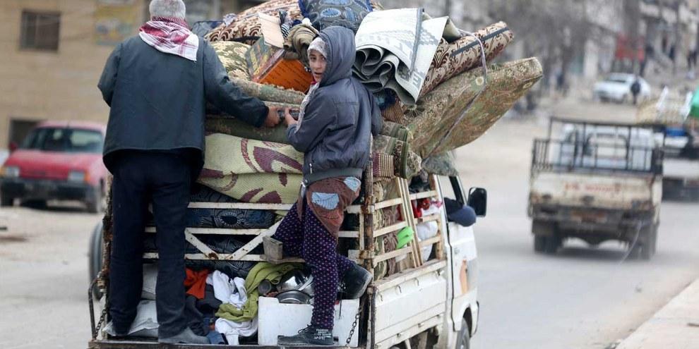 """Schon vor einem Jahr flüchteten Menschen in Nordsyrien nach der türkischen Operation """"Olivenzweig"""", so hier in Afrin. © KEYSTONE Source EPA Byline AREF TAMMAWI"""
