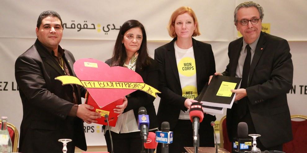 Petitionsübergabe in Tunis am 18. 11. 2014, vlnr: Lotfi Azzouz, Direktor Amnesty Tunesien; Neila Chaabane, Frauen- und Familienministerin; Jessie MacNeil Brown, Kampagnenleiterin AI, Mohamed Salah Ben Ammar, Gesundheitsminister.  © AI