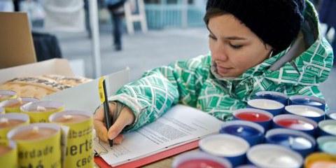 Eine Amnesty-Aktivistin während des Briefmarathons 2010. © Susanne Keller