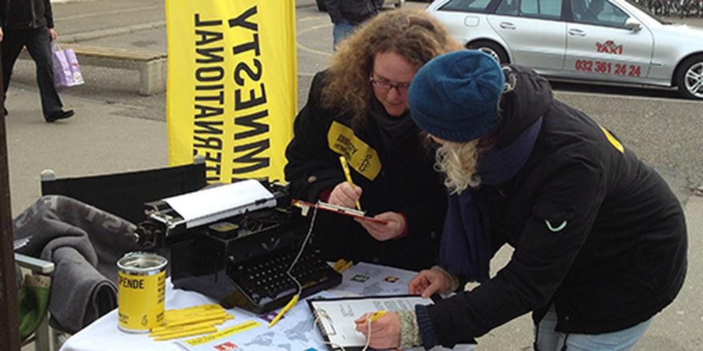 Unterschreiben für die Menschenrechte: Amnesty-Strassenstand in Biel. © Amnesty International