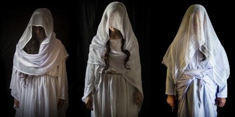 Jesidische Frauen posieren in ihren traditionellen jesidischen Hochzeitskleidern in einem Zelt. © Seivan Salim