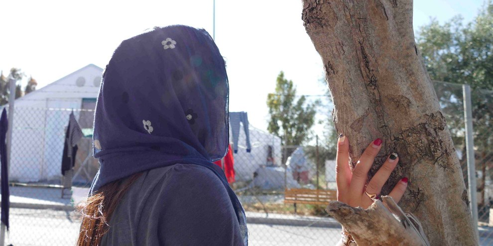 Die afghanische Journalistin Shirin (geänderter Name) erzählt, dass sie vor den Taliban geflohen sei, nachdem diese auf sie geschossen hätten. Doch auch nach ihrer Flucht fühle sie sich im griechischen Flüchtlingslager nicht sicher. © AI