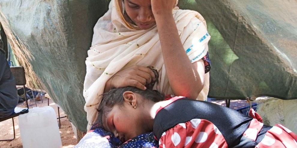 Viele tamilische Flüchtlinge konnten Sri Lanka nicht verlassen und blieben intern vertrieben, so wie diese beiden Mädchen in Thampalagama im August 2006.  © UNHCR/N. Ng