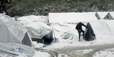 Im Flüchtlingslager Moria auf der griechischen Insel Lesbos: Viele Flüchtlinge sind in Folge des EU-Türkei-Deals hier gestrandet und müssen trotz Schenee und Kälte in Zelten ausharren. © Giorgos Kosmopoulos