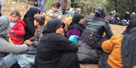 Zehntausende Syrerinnen und Syrer mussten wegen der Bombardierung Aleppos im Februar 2016 fliehen und blieben vor der türkischen Grenze stecken – darunter viele Verletzte. Nur wenigen gelang die Weiterreise nach Europa. © Amnesty International/Lindsey Snell