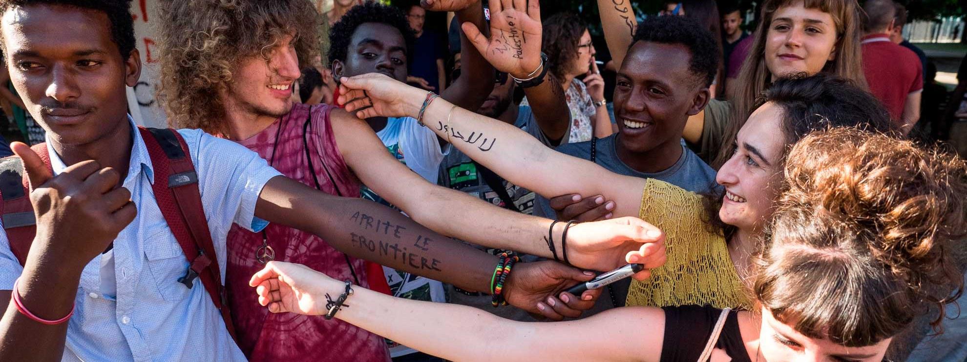 Flüchtlinge werden in Chiasso von jungen Schweizerinnen und Schweizern empfangen. © Marco Aprile / shutterstock.com