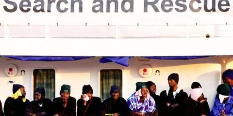 Migranten warten im Januar 2018 auf der MV Aquarius nach ihrer Ankunft in Augusta (Sizilien) darauf, von Bord gehen zu können © REUTERS/Antonio Parrinello