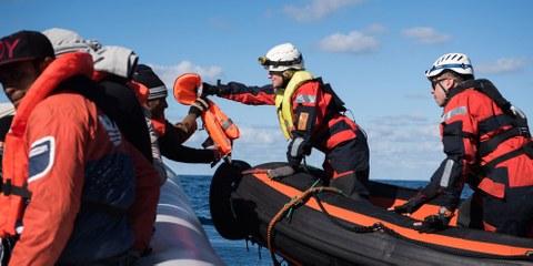 Ein Helfer von Migrant Offshore Aid Station (MOAS) bei einer Rettungsaktion ©  Chris Grodotzki / Sea-Watch.org