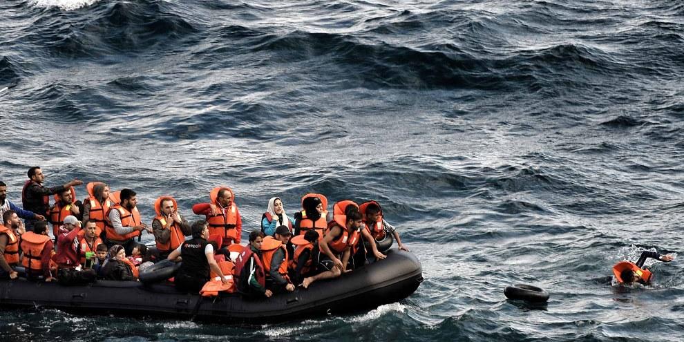 Flüchtlinge auf dem Weg nach Lesbos, 30. September 2015 © Aris Messinis