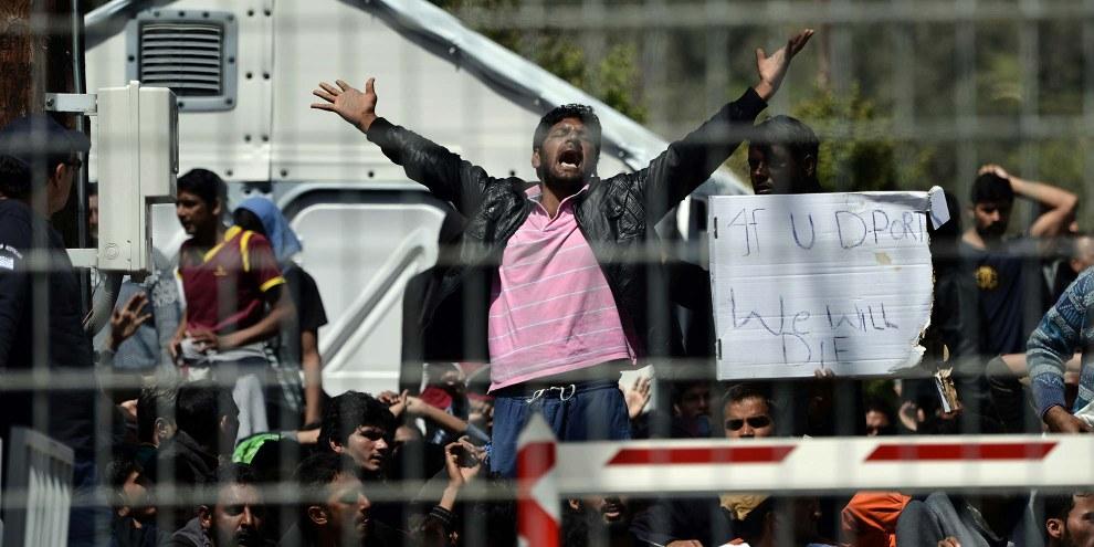 Pakistanische und afghanische Migranten in einem Camp auf Lesbos, April 2016. © AFP/Getty Images