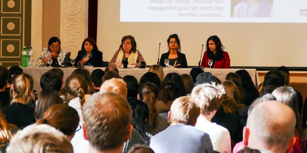 «Wir sind stolz, euch einen Teil unserer Geschichte weitergeben zu können»: Raneem Ma'touq und Amal Nasr in Bern. © Amnesty International, Lise Cordey