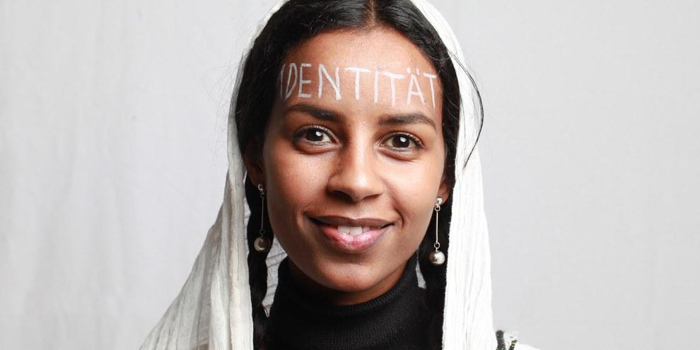 Hewan Solomon Biruk mit dem Wort «Identität» auf der Stirn. © Petar Mitrovic
