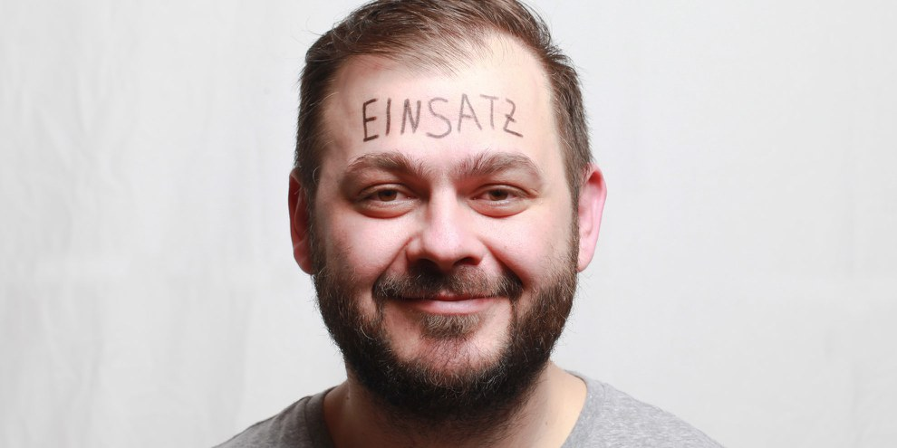 Petar Mitrovic spielt mit bei seiner eigenen Inszenierung: sich mit einem auf die Stirn geschriebenen Wort fotografieren zu lassen, «demjenigen Wort, das man laut rufen möchte, wenn die ganze Welt uns drei Sekunden lang zuhören würde». © Petar Mitrovic