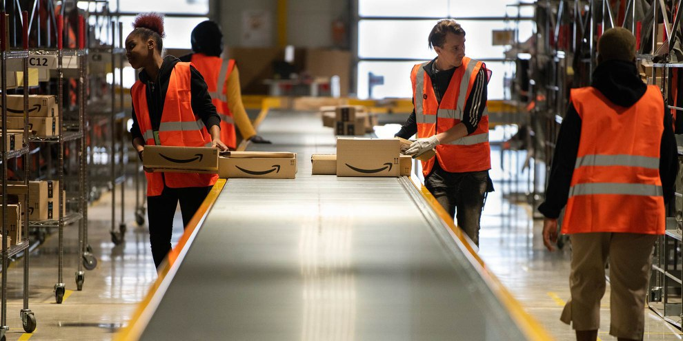 Haben derzeit mehr zu tun denn je - ihre Gesundheit muss geschützt werden: Mitarbeitende in einem Amazon-Logistikzentrum in Frankreich. © Frederic Legrand - COMEO / shutterstock.com