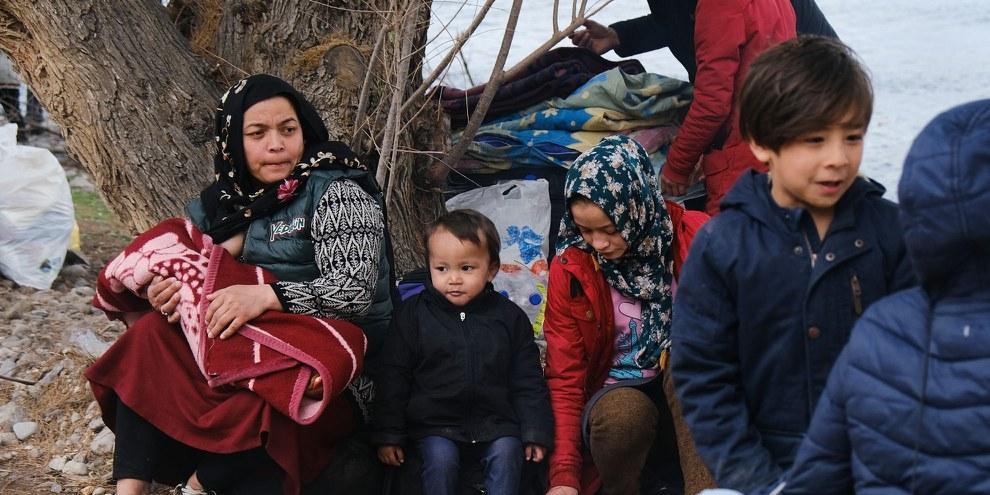 Eine Flüchtlingsfrau und die Kinder warten darauf, endlich von der griechischen Insel Lesbos ans Festland gebracht zu werden. © Alexandros Michailidis/ shutterstock.com