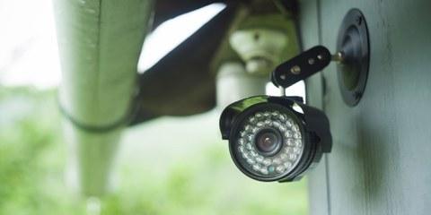 Die Aargauer Polizei darf auf Videokameras zugreifen und selber neue Kameras aufstellen, um die Einhaltung der Abstands- und Versammlungsregeln zu überwachen.© Ioan Panaite / shutterstock.com