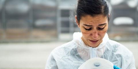 Arbeiten bis zur totalen Erschöpfung: Ärztinnen, Ärzte und Gesundheitsangestellte kamen an ihre Grenzen. © eldar nurkovic / Shutterstock.com