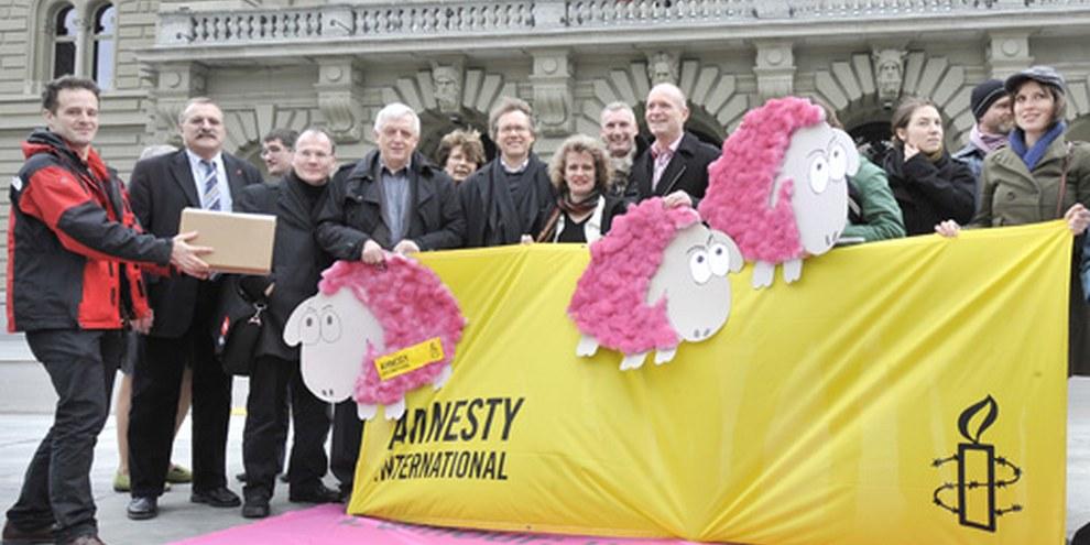 Übergabe der Petition für Queer Refugees am 2. März 2010 © Valérie Chételat