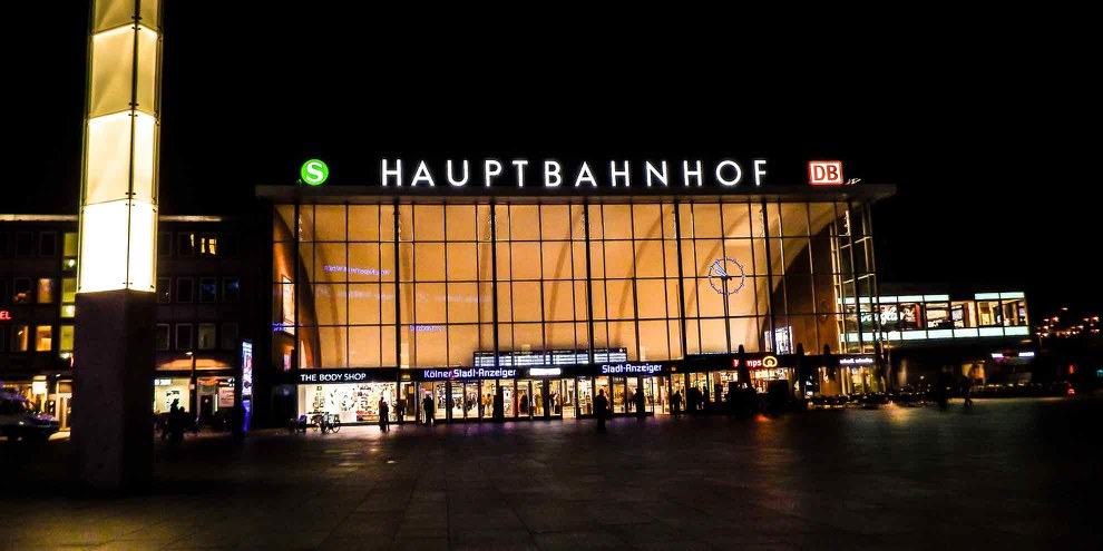 In der Silvesternacht begingen Gruppen junger Männer im und vor dem Kölner Hauptbahnhof massive Übergriffe gegen Frauen © ConstiAB / CC