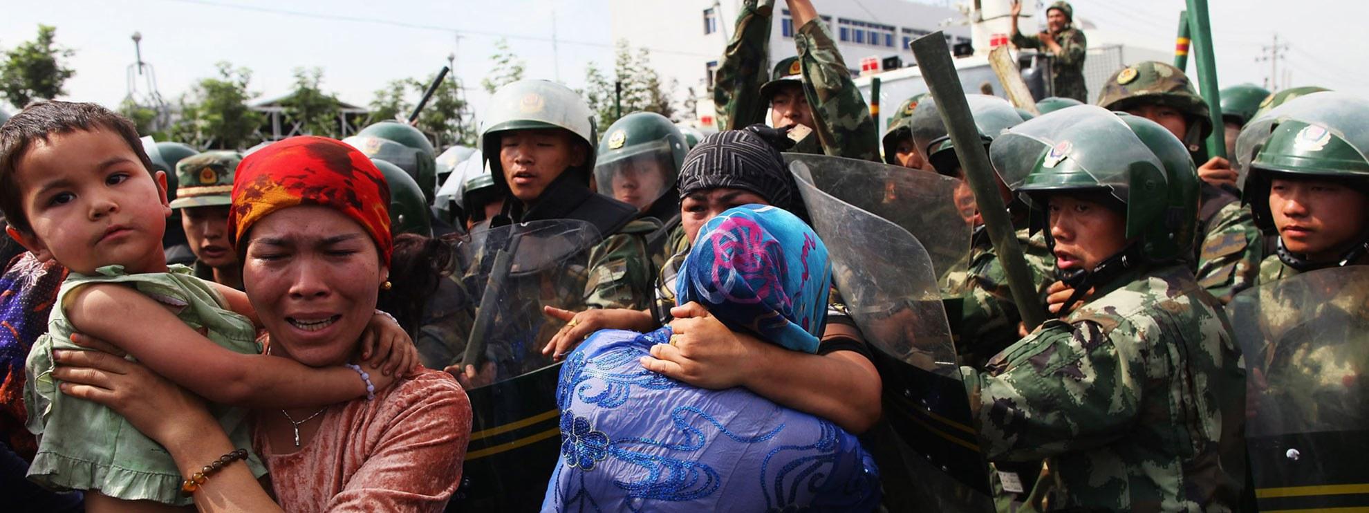 Chinesische Polizisten gehen in Urumqi, China, gegen Mitglieder der uigurischen Minderheit vor. © Guang Niu/Getty Images