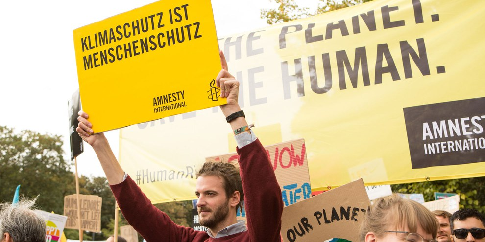 Der Klimawandel bedroht Menschenrechte. Amnesty Mitglieder unterstützen den Globalen Klimastreik und gehen gemeinsam mit den AktivistInnen von Fridays for Future am 20. September 2019 in Berlin auf die Strasse. © Amnesty International / Jarek Godlewski