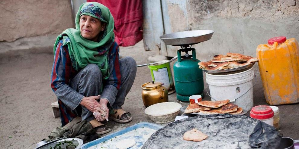 Brotbacken in einer provisorischen Siedlung bei Kabul © UNHCR / J. Tanner
