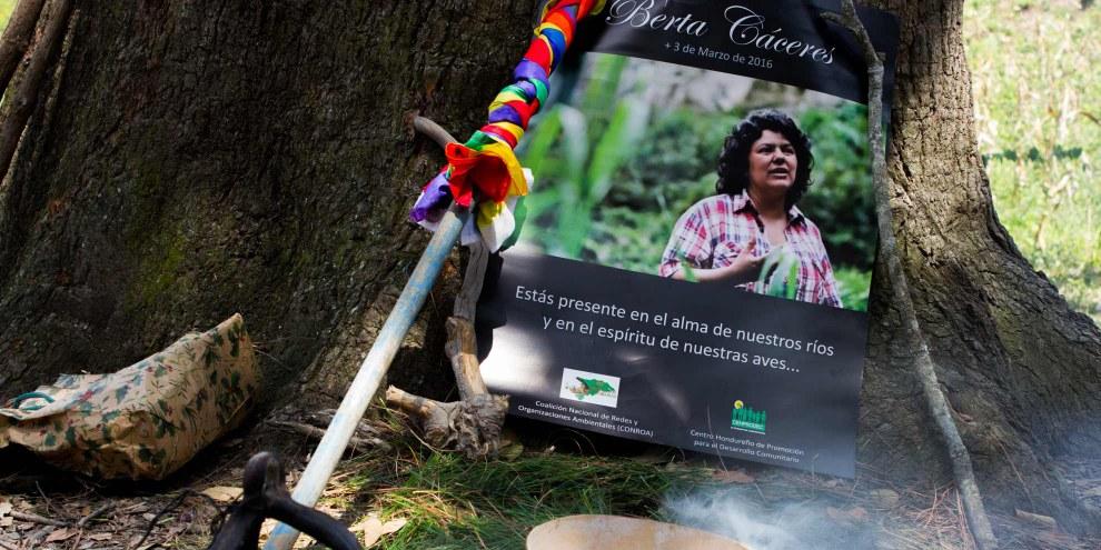 Mit einem Ritual erinnerten die Mitglieder von COPINH an Berta Caceres, die am 3. März 2016 ermordet wurde. Die Mitbegründerin der Indigenenorganisation COPINH hatte gegen den Bau des Staudamms Agua Zarca gekämpft, weil dieser eine Bedrohung für die indigene Gemeinschaft der Lenca darstellt.© Amnesty International / Anaïs Taracena