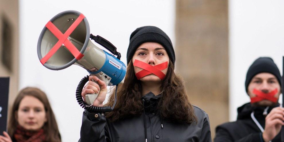 In vielen Ländern werden Organisationen, die sich für die Menschenrechte einsetzen, drangsaliert und so zum Schweigen gebracht. © Henning Schacht