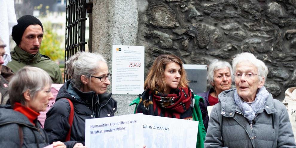UnterstützerInnen begleiteten Anni Lanz (ganz rechts) zum Bezirksgericht in Brig, 6. Dezember 2018. © AICH