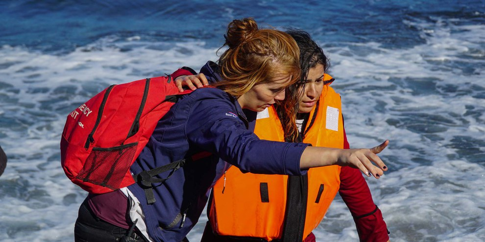 Wer Flüchtlingen und Migranten hilft, riskiert angezeigt und bestraft zu werden. Helferin unterstützt eine soeben in Lesbos angelangte junge Migrantin. © Aleksandr Lutcenko / shutterstock.com