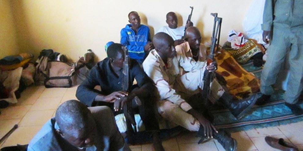 Bewaffnete Gruppen, die Kindersoldaten rekrutieren, sind für Kriegsverbrechen angeklagt © AI