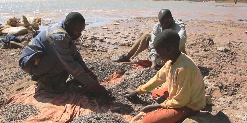 Von Hand werden kobalthaltige Bruchsteine aussortiert. © AI