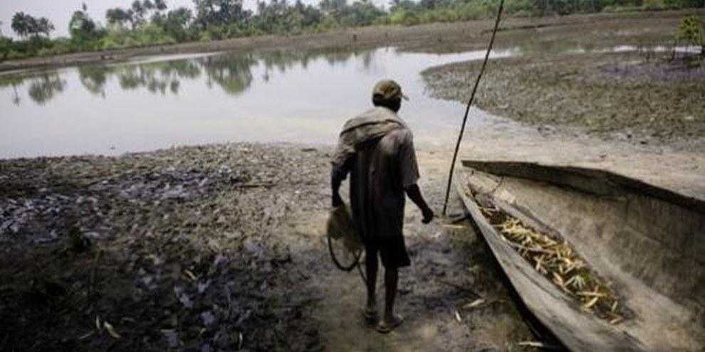 Ausgelaufenes Öl bedroht die Existenzgrundlage der Fischer im Ogoniland © Kadir van Lohuizen/NOOR