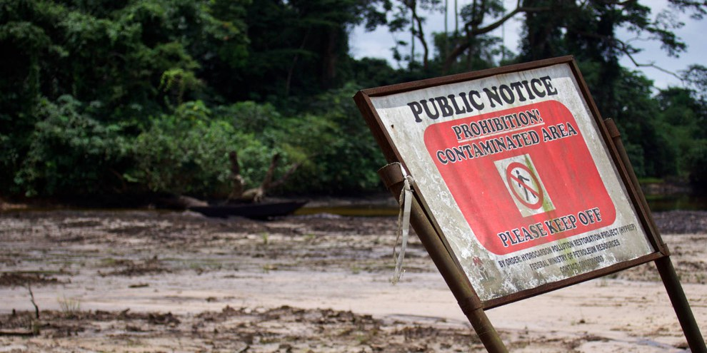 Ein Öl-Leck hat in der Gemeinde Kegbara-Dere im Niger Delta den Boden verseucht; seit Shell dort Öl förderte hat die Gemeinde mehrere Ölunfälle erlebt. © Michael Uwemedimo/cmapping.net