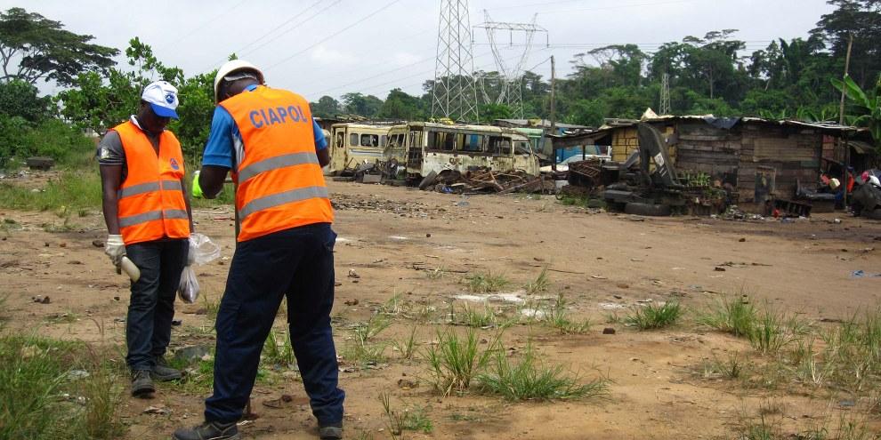 Mitglieder der ivorischen Umweltbehörde nehmen Proben auf einer Giftmülldeponie in Dokui, Abidjan. © Amnesty International