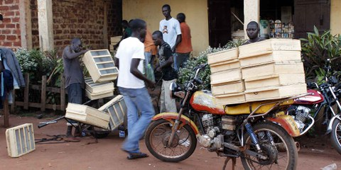 Verkauf von Boxen für das Heraussieben von Diamanten in Berberati, Zentralafrikanische Republik. © Amnesty International