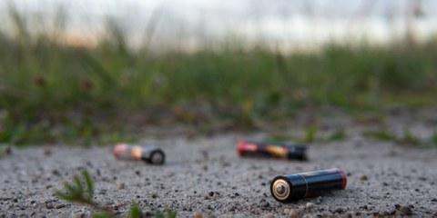 Nicht nur bei nicht-sachgemässer Entsorgung sind Batterien eine Belastung für die Umwelt. Bei der Förderung der Rohstoffe werden immer noch auch Menschenrechte verletzt. © bews / Shutterstock.com