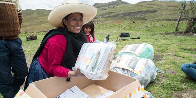 Máxima Acuña beim Auspacken der Solidaritätsbotschaften aus der ganzen Welt, die sie gleich kistenweise erhielt. © Amnesty International