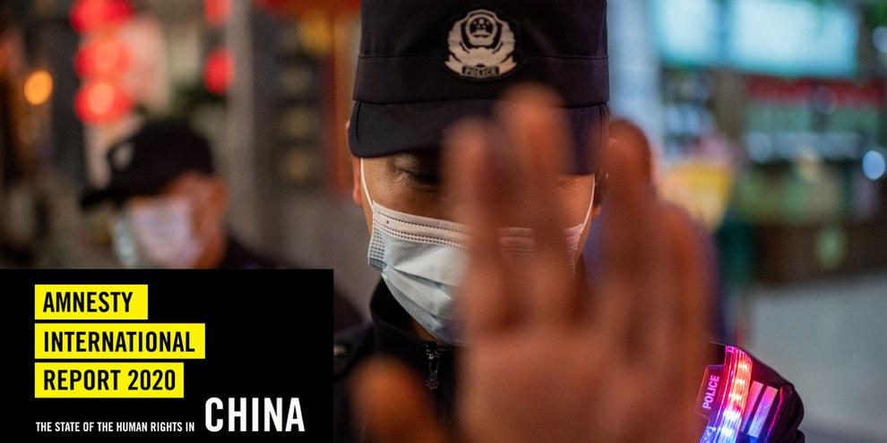 Ein Polizist versucht, einen Fotojournalisten daran zu hindern, Bilder auf einer Strasse in Peking am 13. Oktober 2020 zu machen. ©  NICOLAS ASFOURI / AFP
