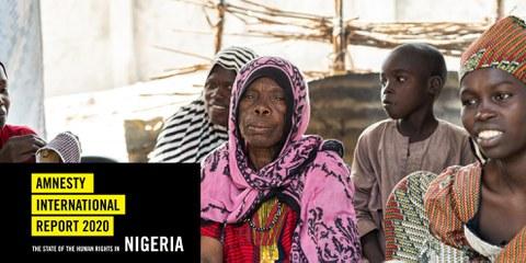 Amina, 70, sitzt mit ihren Enkelkindern in einem Lager  für intern Vertreibene im Bundesstaat Borno im Nordosten Nigerias, Oktober 2020. © The Walking Paradox / Amnesty International.