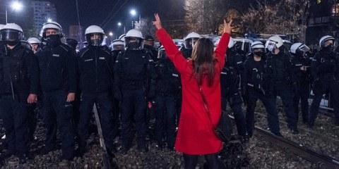 Demonstrant*innen protestieren vor dem Haus von Jaroslaw Kaczynski, dem Vorsitzenden der polnischen Regierungspartei Recht und Gerechtigkeit (PIS), gegen eine Entscheidung des Verfassungsgerichts zur Einschränkung des Abtreibungsrechts in Warschau am 23. Oktober 2020. © Grzegorz Żukowski