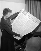 Eleanor Roosevelt mit der AEMR © UN Photo