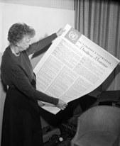 Eleanor Roosevelt mit der AEMR © UN Photo
