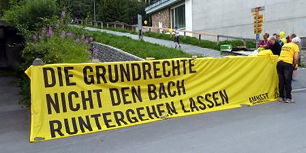 Die Amnesty Gruppe Davos/Klosters an der Verkehrsfreien Promenade 2015.
