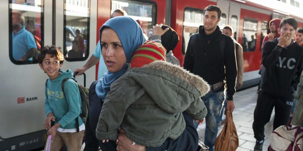 Eine Mutter und ihr Kind am Bahnhof München. © Shutterstock