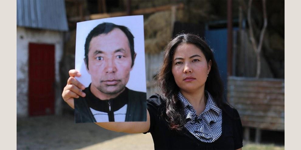 Chinesische Kasachin in Kasachstan mit dem Bild ihres Vaters, der in Xinjiang verschwunden ist. © privat