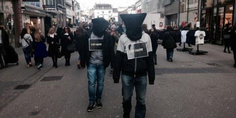 Aktion gegen Folter quer durch die Basler Altstadt der Jugendgruppe Basel © zvg