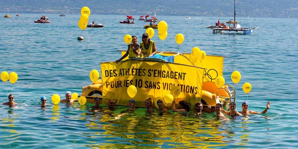 Die Profi-SchwimmerInnen vor dem Amnesty-Pedalo «Die AthletInnen engagieren sich für Olympische Spiele ohne Menschenrechtsverletzungen» © P-A Cordey