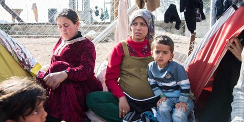 Une famille de réfugié·e·s e à la frontière grècque. © Fotis Filippou